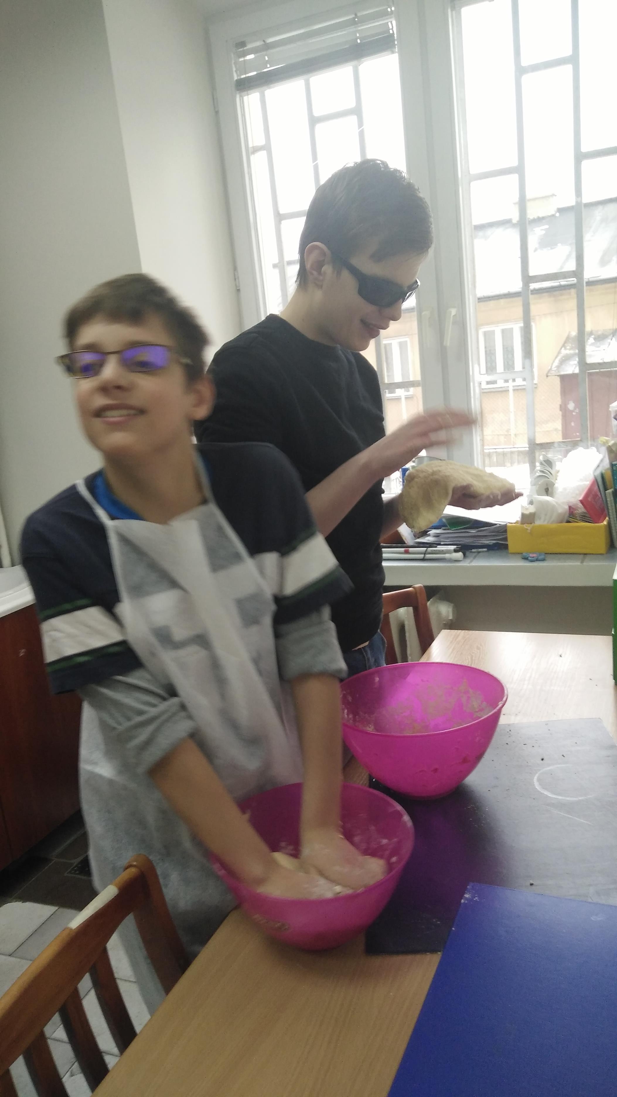 Grzegorz i Mateusz robią ciasto