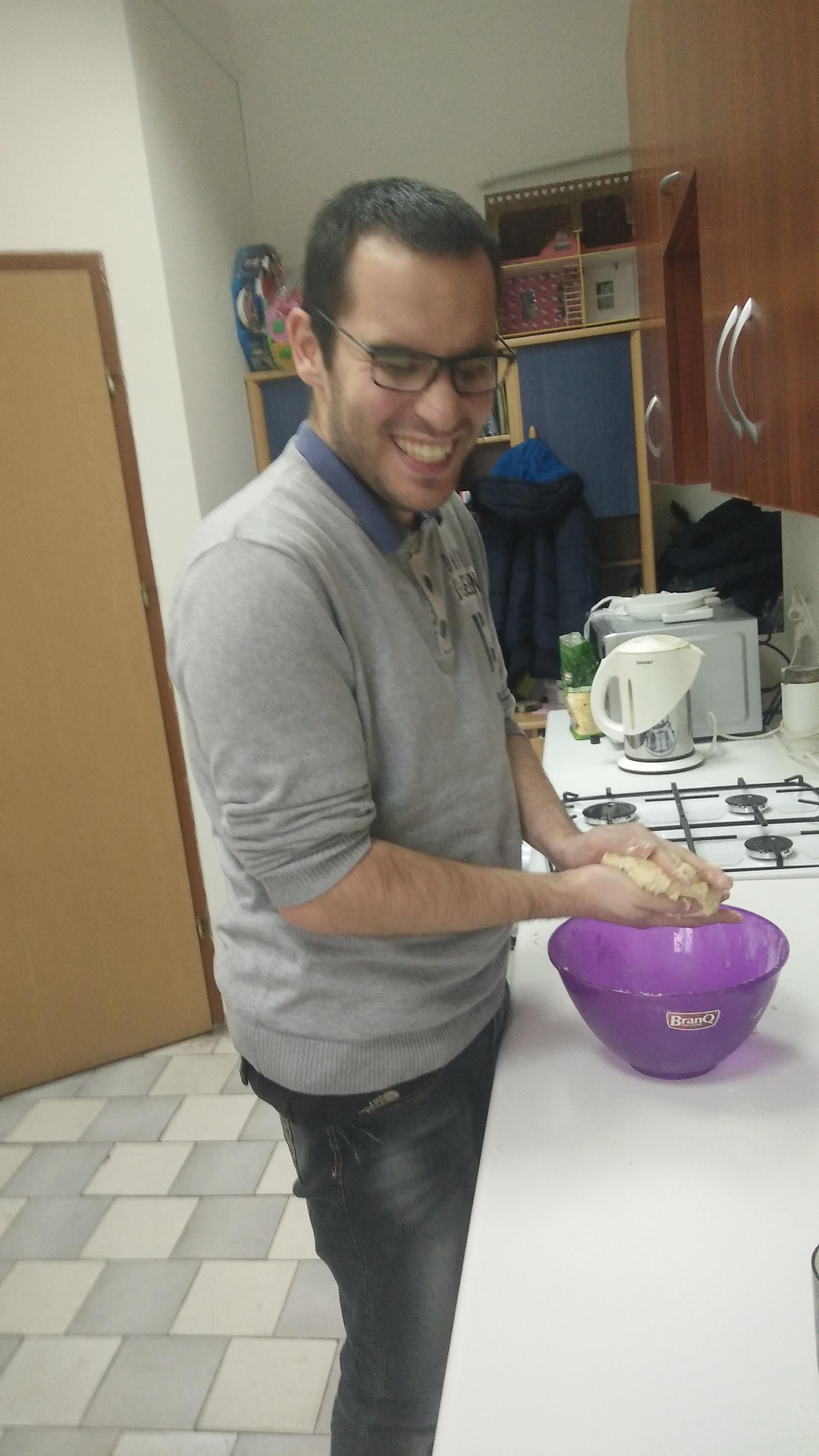 uśmiechnięty Piotrek F robi ciasto na oponki